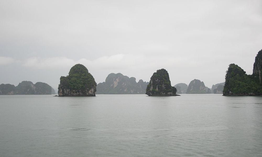 Felsen in der Halong-Bucht im Nebel