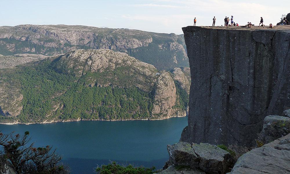Steiler Fels am Fjord: der Preikestolen