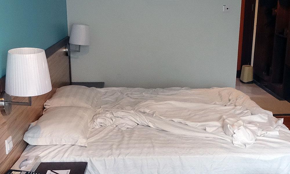 Durchwühltes Hotelbett - Reisefieber?