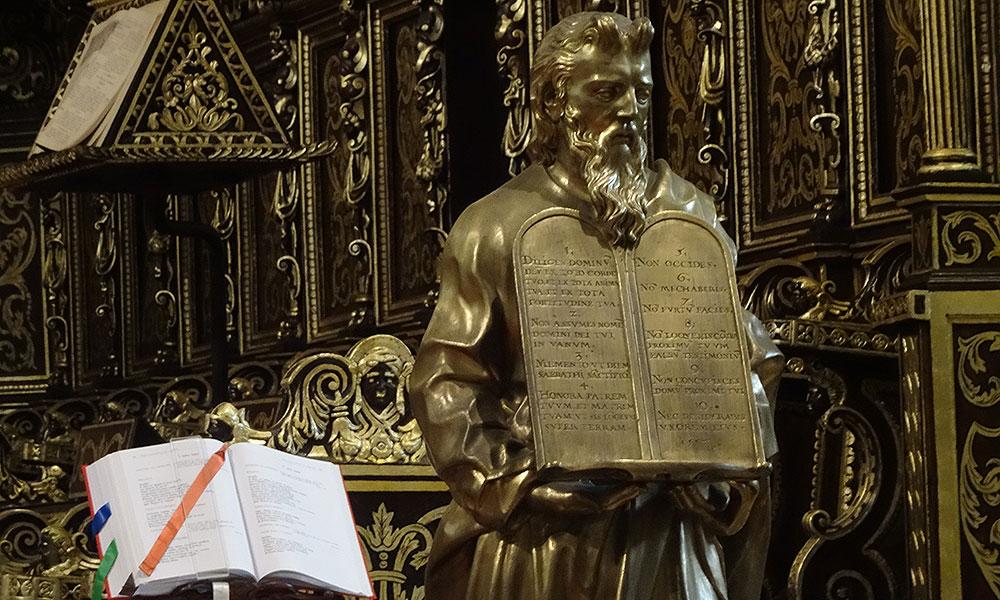 Heiliger mit Schrifftafel in einer Kirche