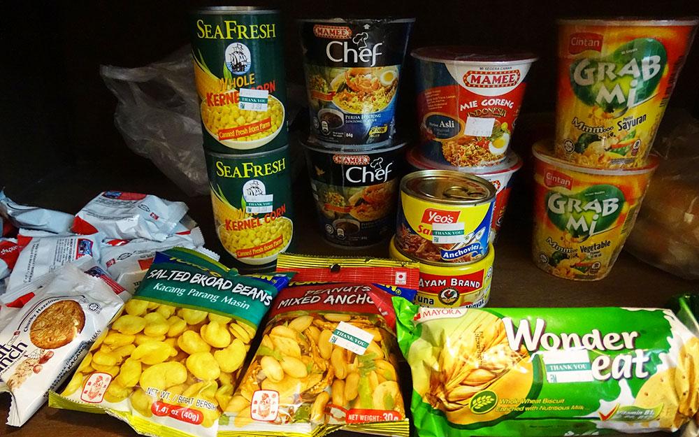 Maisdosen und Instant-Nudelsuppen