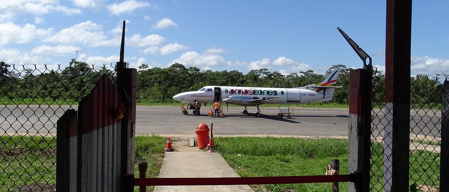 Kleines Flugzeuf auf winziger Landebahn am Flughafen in Rurrenabaque