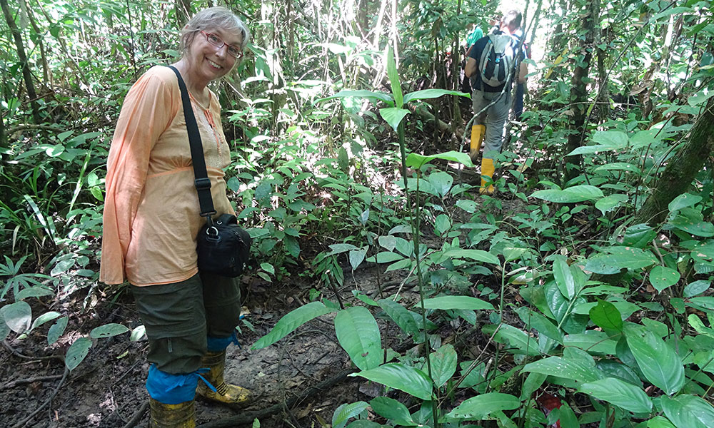 Sabine mit Gummistiefeln im Wald
