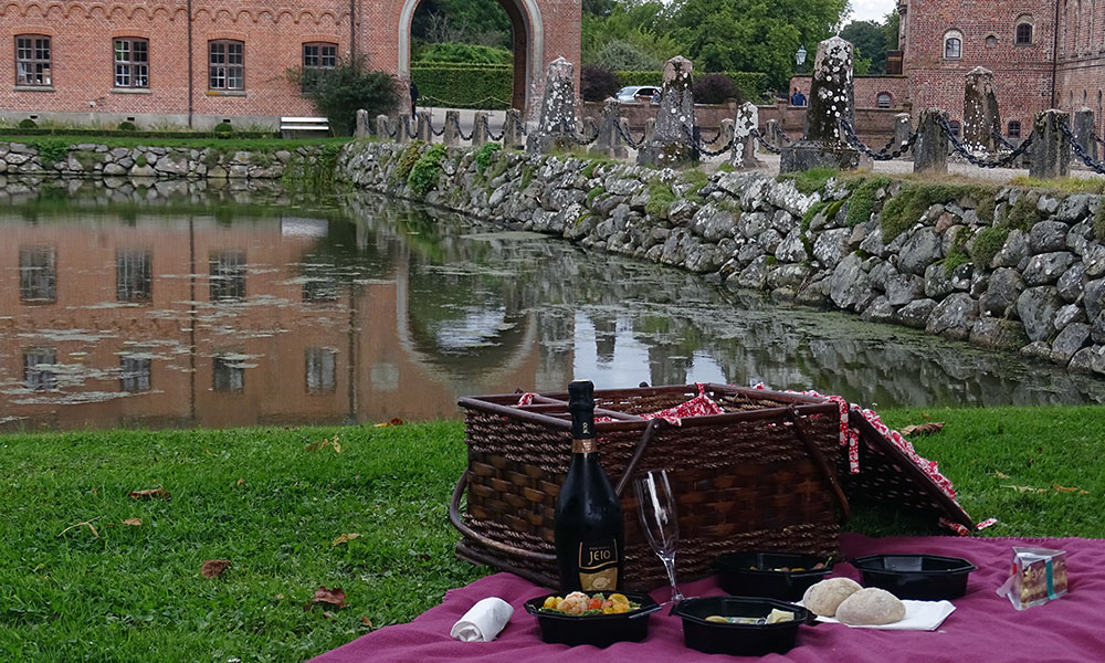 Picknickkorb vor Schloss Egeskov