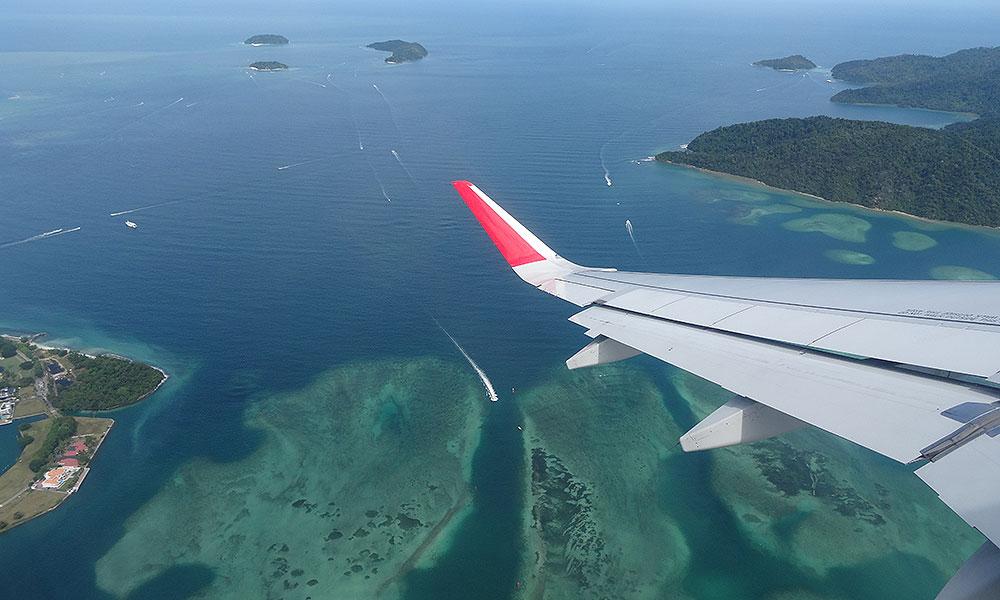 Blick aus Flieger auf Inseln