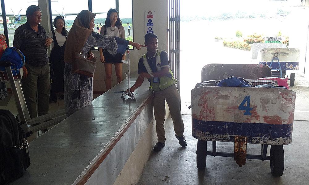 Gepäckwagen, Ausgabe per Hand