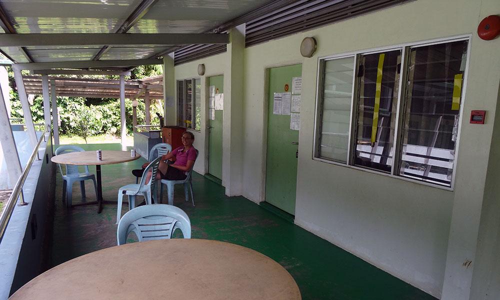 Tisch vor dem Zimmer in Bako