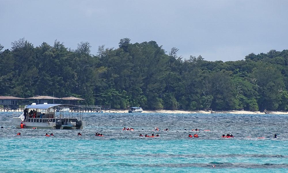 Chinesen im Wasser vor der Insel Mantanani