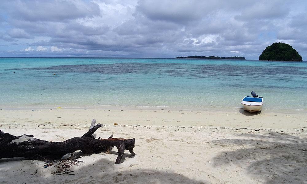 Türkusfarbenes Wasser, Strand, zwei Inseln