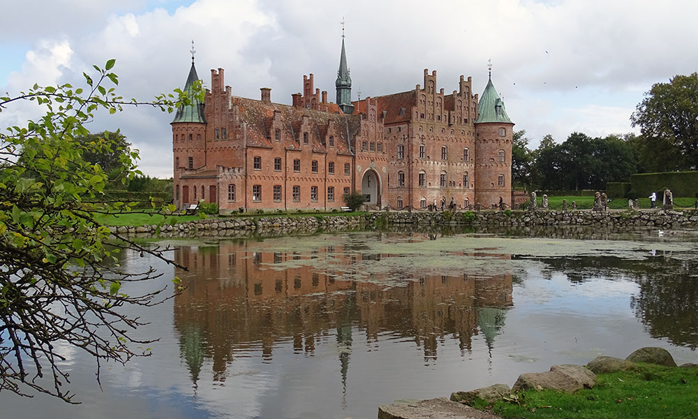 Schloss spiegelt sich im See