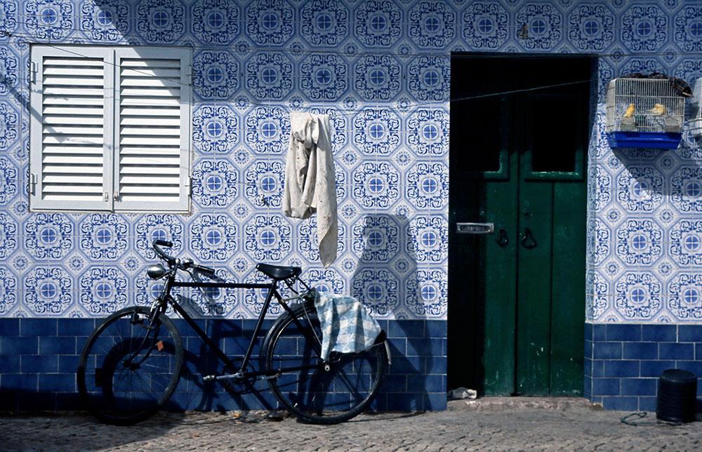 Dia gescannt: Fahrrad vor Haus