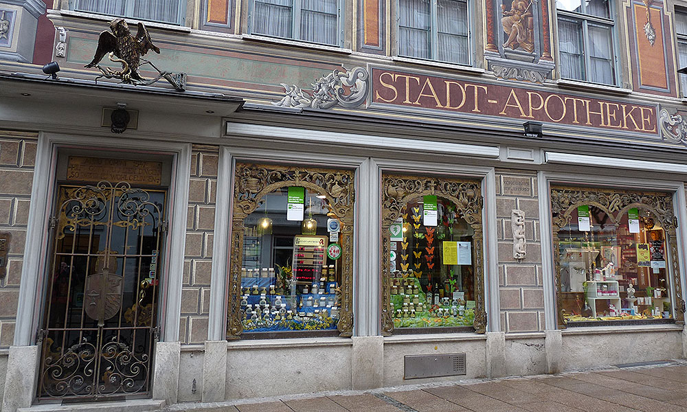 Schaufenster einer historischen Apotheke