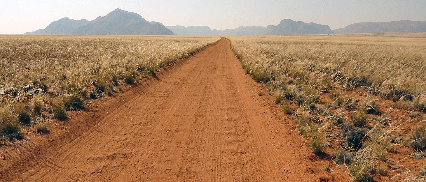 Auf der engen Sandpiste: Autofahren in Namibia