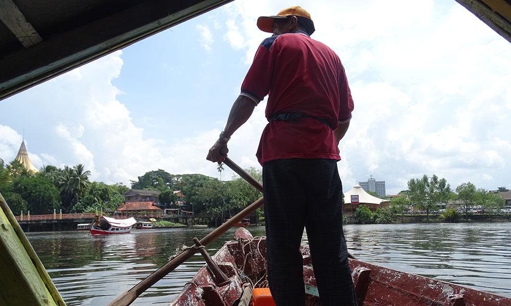 Fährmann auf dem Sarawak Fluss in Kuching