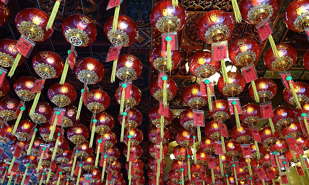 Rote Laternen im Tempel von Kuching