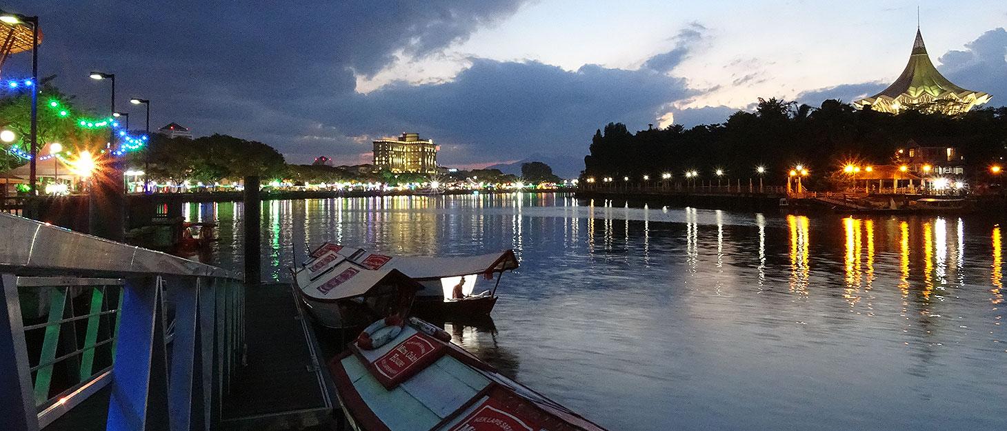 Kuching Waterfront am Abend
