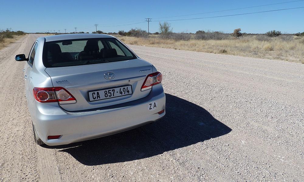 Toyota Corolla auf einer Schotterpiste in Namibia