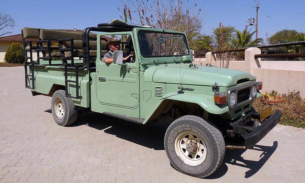 Grüner Jeep für die Safari in Namibia