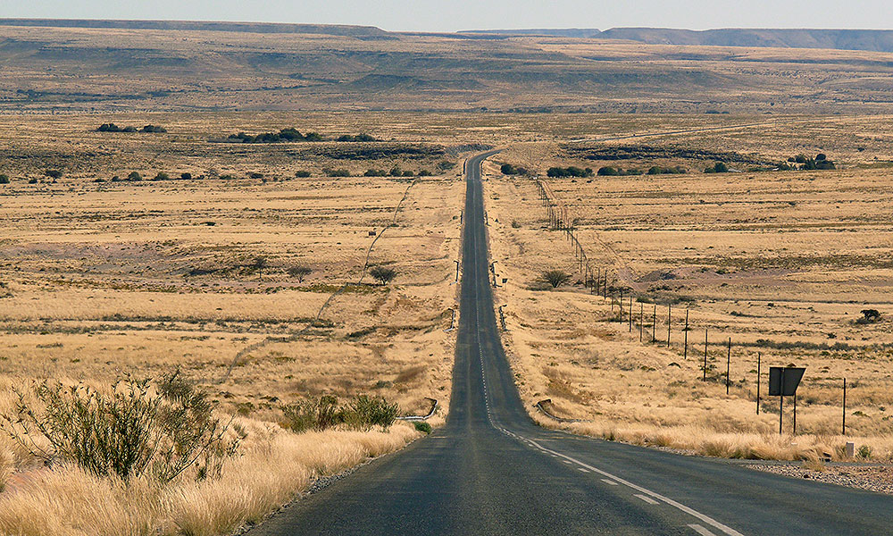 Endlose Straße in Namibia
