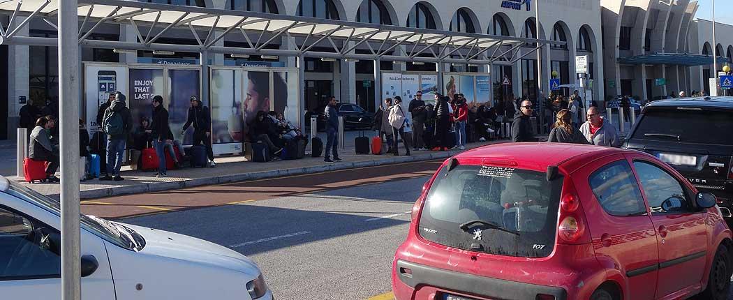 Autos an der Bushaltstelle am Flughafen Malta