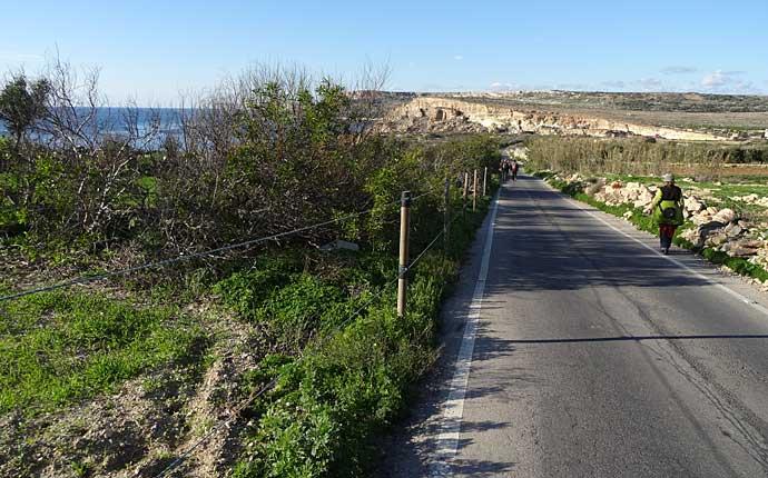 Fußgänger auf einer kleinen Straße in Malta