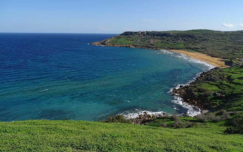 Ramla Bay auf Gozo. Blick vom Hügel auf Strand