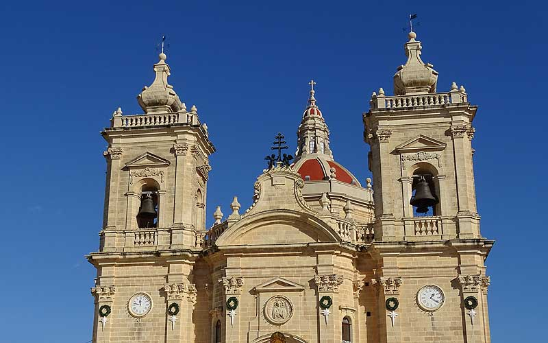 Xanghra auf Gozo: Kirche mit zwei Uhren und zwei Kirchtürmen