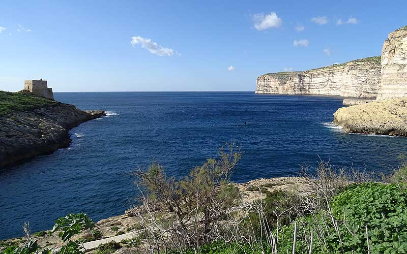 Steile Klippen am Meer in Gozo