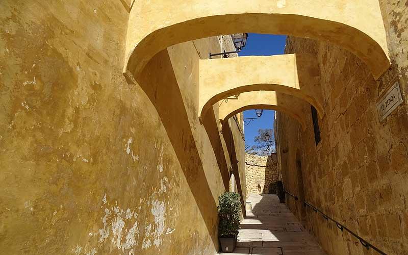 Enge Gassen in der Zitadelle von Victoria auf Gozo