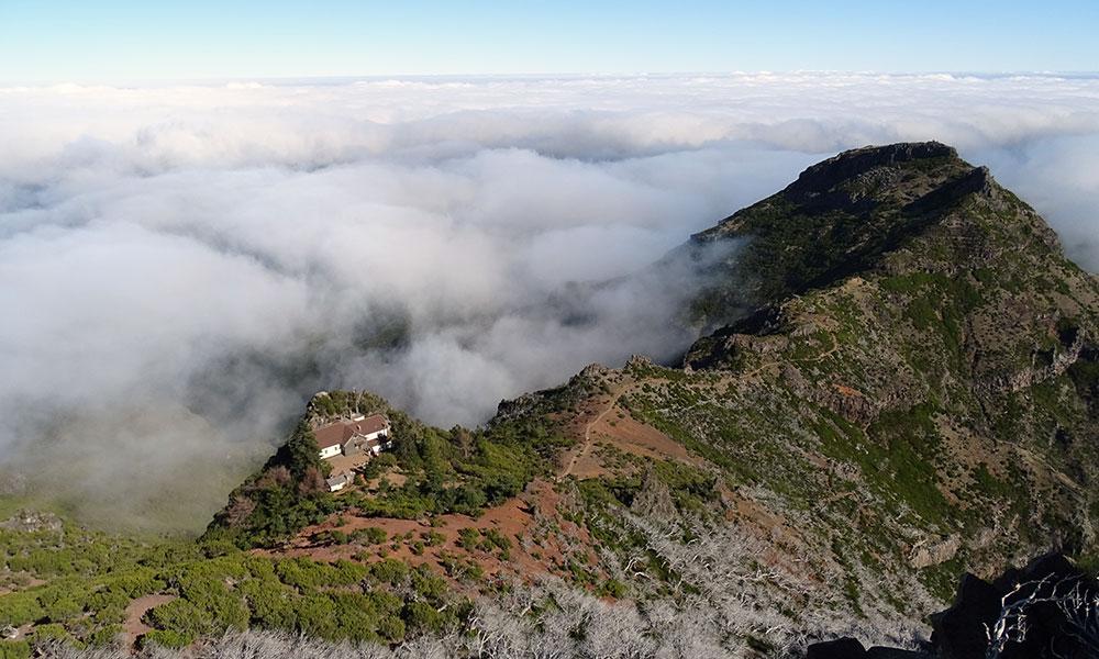 Blick vom Gipfel des Pico Ruivo auf Haus, Berg und Wolken