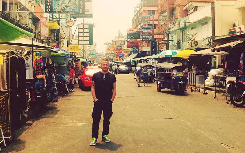 Viktor in Einkaufsstraße in Bangkok