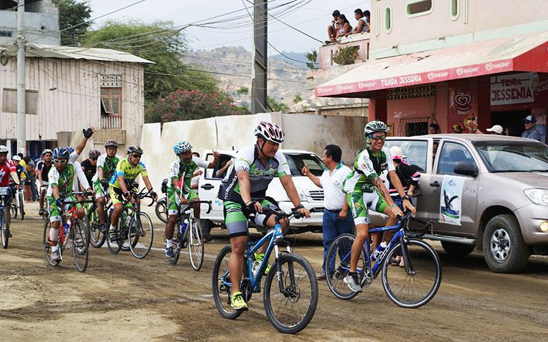 Fahrradfahrer mit Trikots in Ecuador