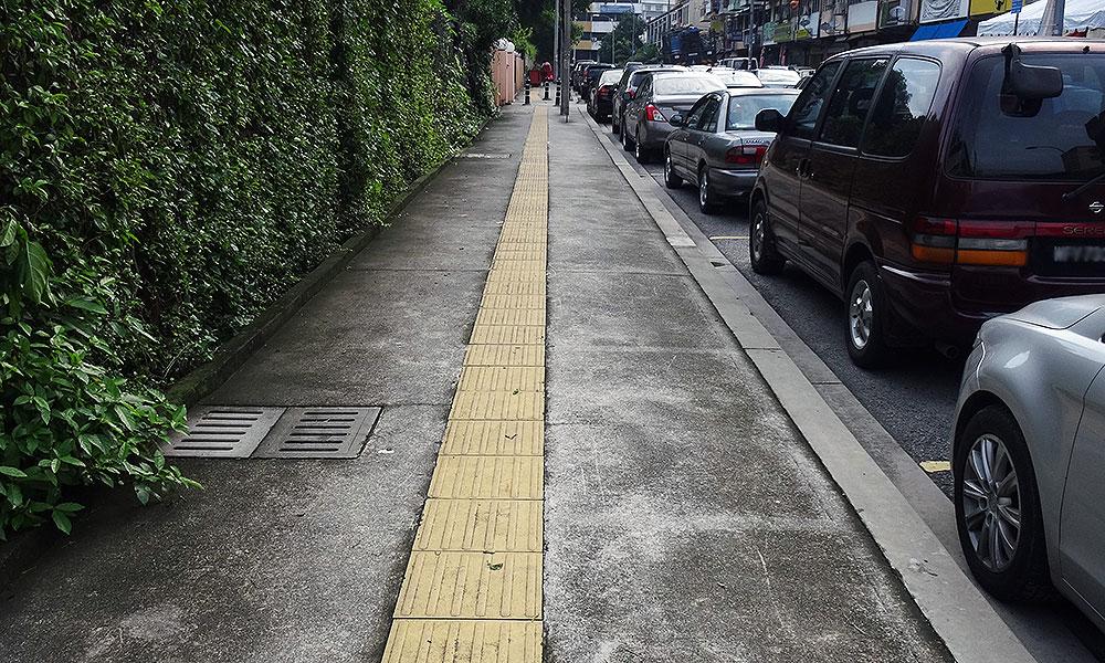 Leitwege für Blinde auf dem Bürgersteig