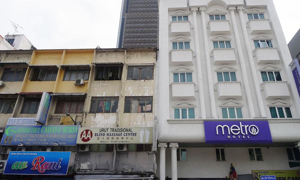 Häuserfront mit Schild Blind Massage Centre