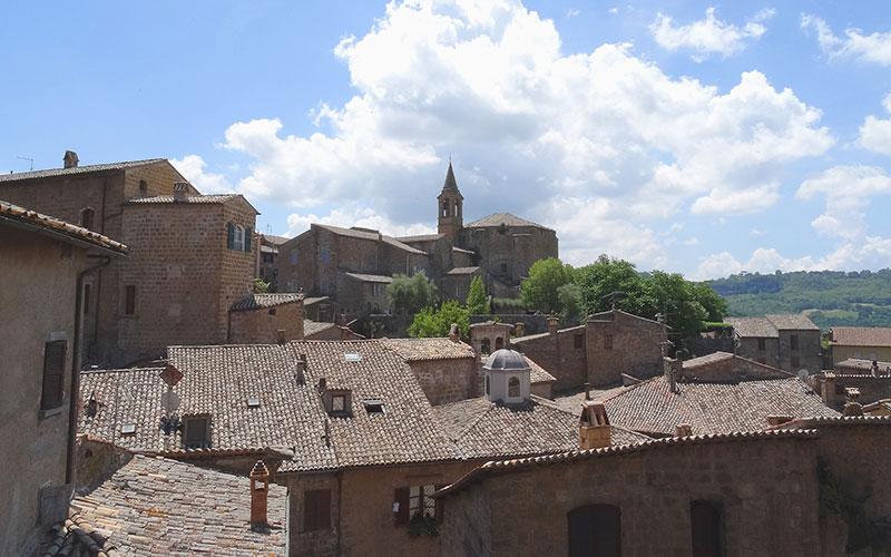 Häuserdächer vor blauem Himmel in Italien