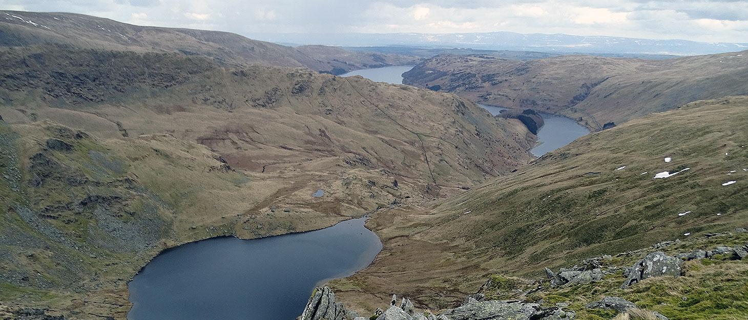 Blick auf zwei Seen und Berge im Lake District