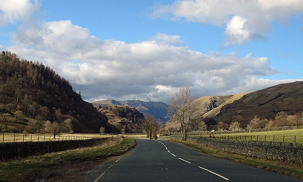 Straße mit Bergen durch den Lake District