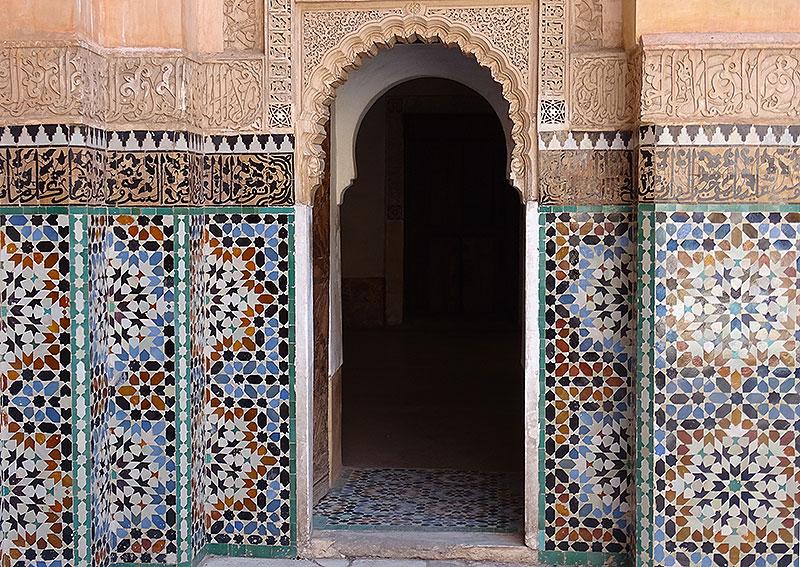 Verzierter Torbogen in der Koranschule Medersa Ben Youssef in Marrakesch