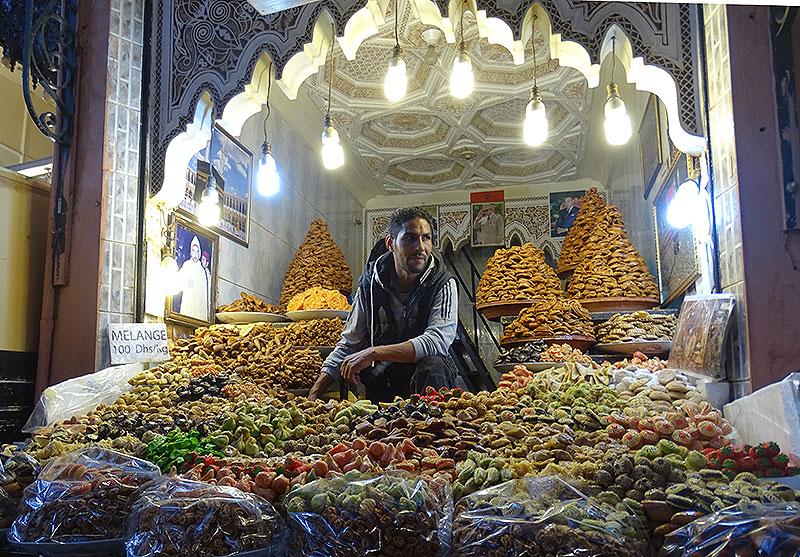 Ein Händler mit getrocknetem Obst in Marrakesch