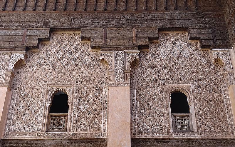 Verzierte Fenster in der Koranschule in Marrakesch