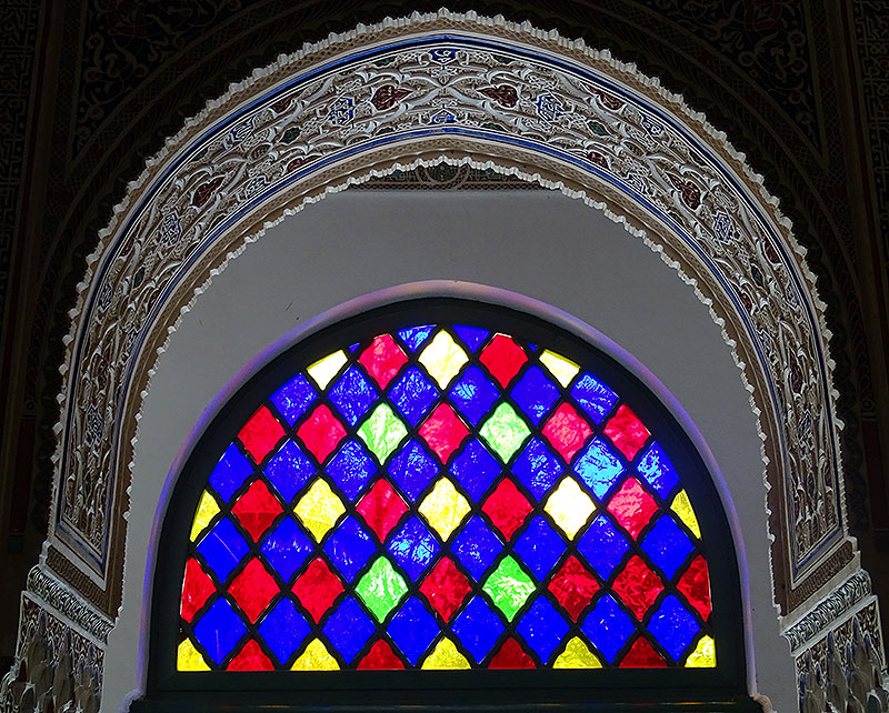 Buntes Fenster im Palast de la Bahia in Marrakesch
