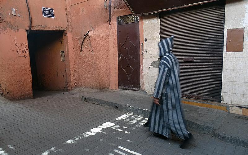 Ein Mann mit traditioneller Kleidung in Marrakesch