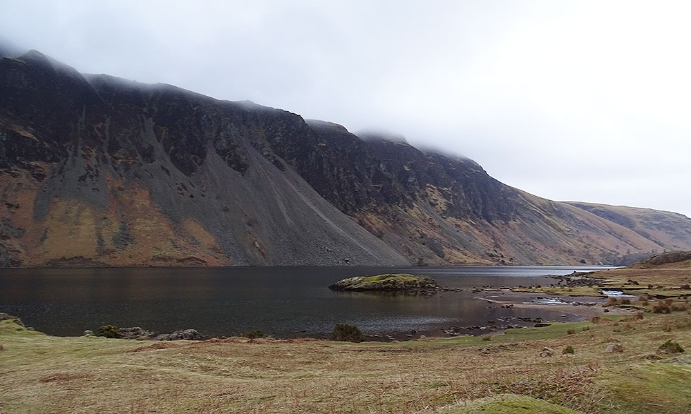 Steile Berge am dunklen See Wastwater im Lake District