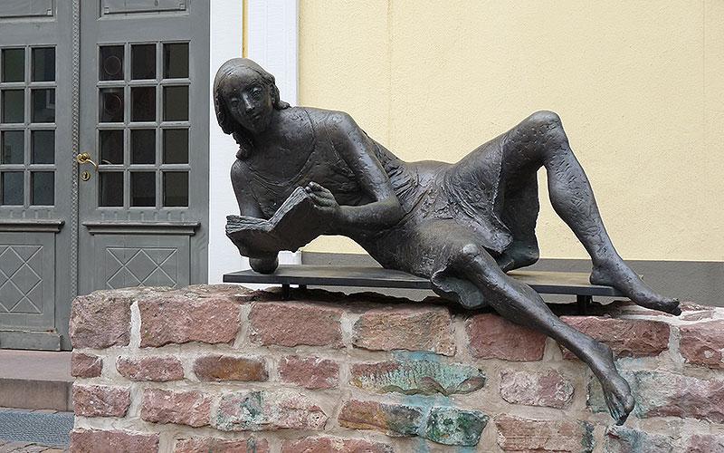 Statue: Frau mit Buch