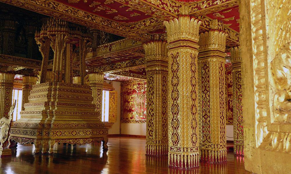 Halle mit goldenen Säulen und goldener Grabstätte