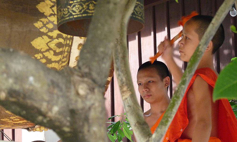 Mönche beim Schlagen der Trommeln