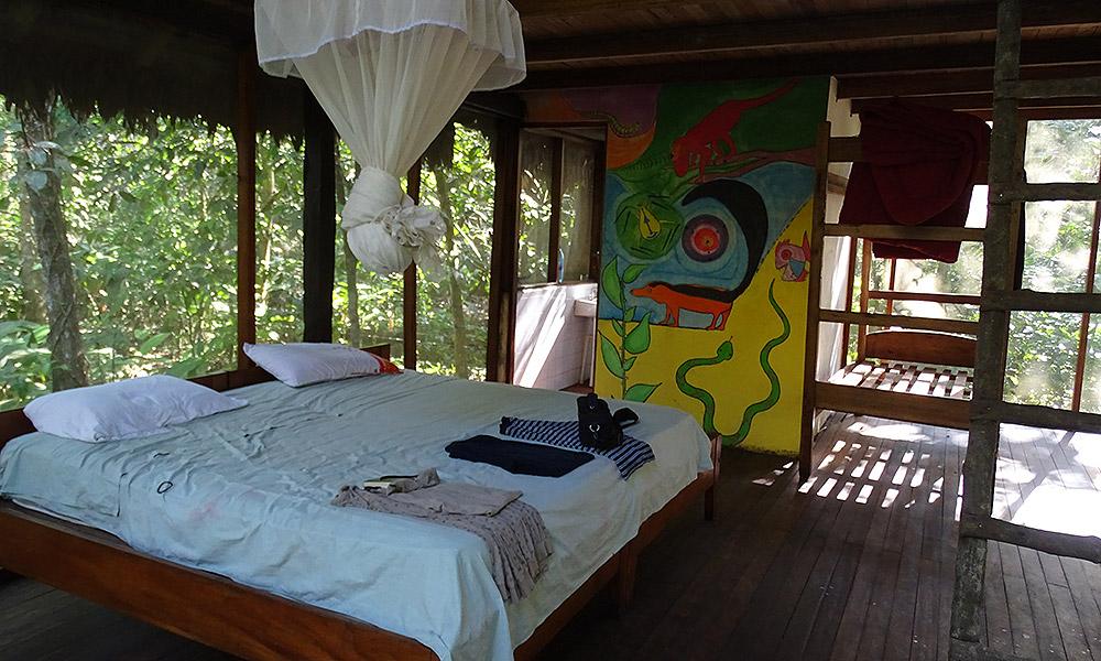 Bett in einer offenen Hütte