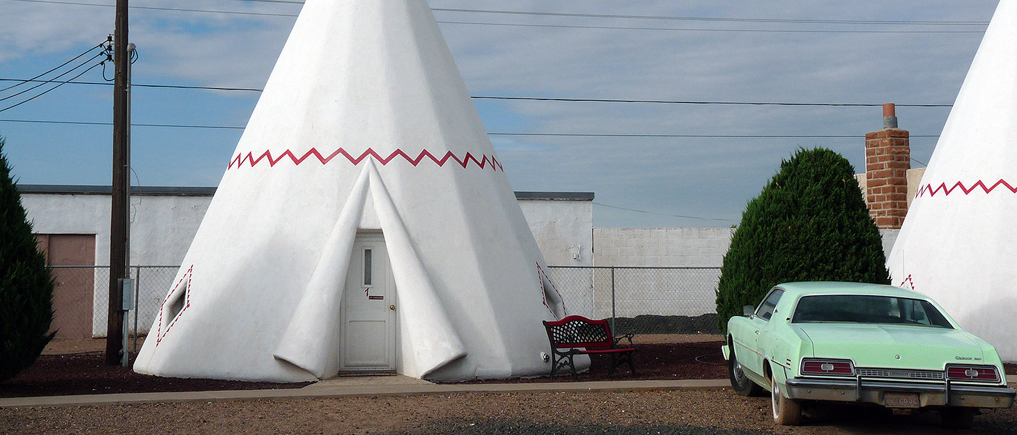 Unterkunft, die aussieht wie ein Zelt, mit Oldtimer davor