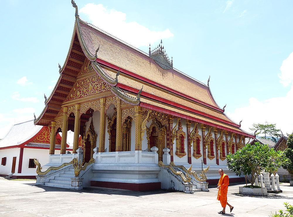 Mönch läuft vor einem Tempel