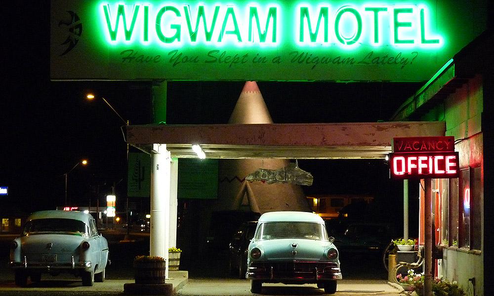 Wigwam-Hotel mit Oldtimern davor
